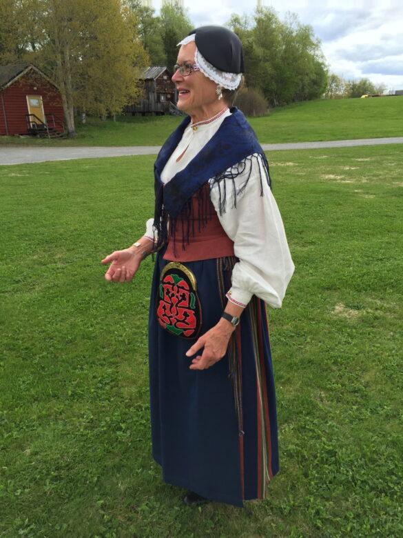 Karin Eriksdotter iklädd Frösödräkten.