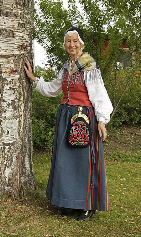 Frösö sockendräkt buren av Ulla Nordberg på fotot