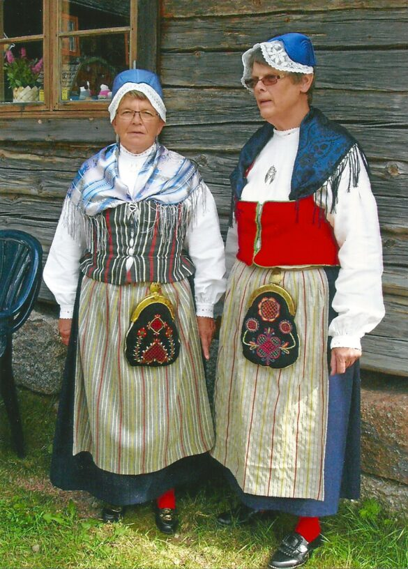 Älvros sockendräkt buren av Edvine Eriksson och Martha Holm