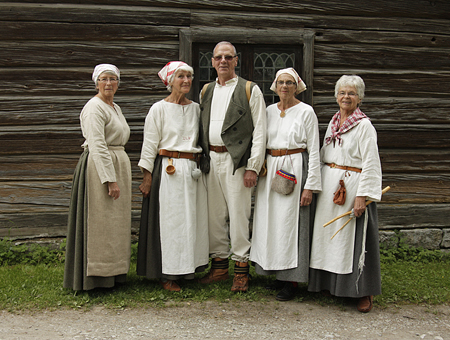 Oviken vardagsdräkt foto. På bild Eivor, Kristina, Tord, Emmy, Solveig.